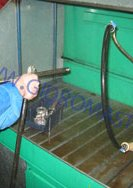 Промивання деталей рульових рейок в спеціальному пристрої